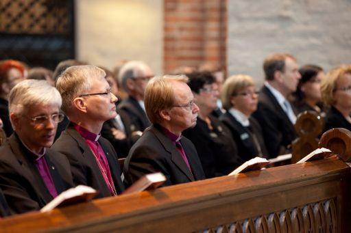 Piispat ja osa poliitikoista paheksuu arkipyhien