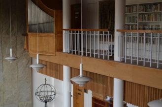 Suomenkielisten kirjojen kirjasto löytyy kirkon urkuparvelta. Kuva: Carita Laamanen