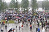 Lauantain jumalanpalvelukseen kerääntyi paljon väkeä, vaikka sää oli sateinen. Kuva: Timo Mustonen