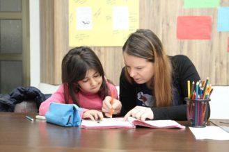 Läksykerhossa Kosovossa lapsia autetaan muun muassa kielten ja matematiikan opiskelussa.