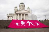 Jättilipun levittäminen Tuomiokirkon portaille sunnuntaina 27.9. herätti ristiriitaisia reaktioita. Kuva: Pentti Tuovinen.