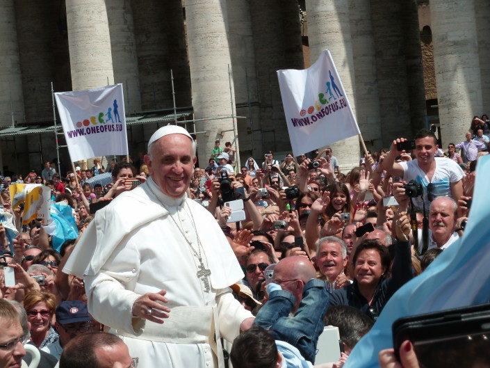 Paavi Franciscus Pietarinaukiolla Vatikaanissa