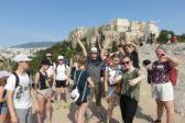 Rippikoululaisia Ateenan Areiopagilla. Taustalla näkyy Akropolis.