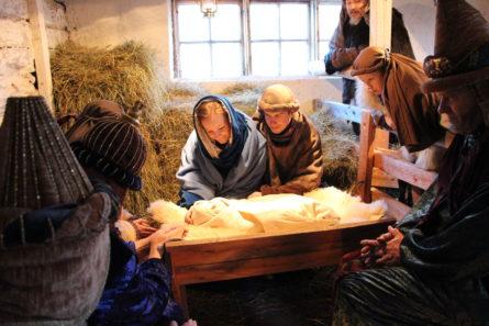 Vivamon jouluvaelluksella Jeesus-vauvaa esittää kolme eri vauvaa. Kuva: Johanna Manner