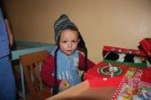 Nikita tykkäsi uudesta lakista sekä pikkuautostaan. Kaksivuotias Nikita sairastaa tubia. Hän on Kishjinevin tuberkuloosisairaalassa hoidossa. Kuva: Anitta Koivisto