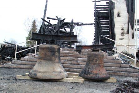 Ylivieskan puukirkko tuhoutui palossa täysin. Palon raunioista löytyi kuitenkin kirkonkellot jokseenkin ehjinä. Kuva: Ylivieskan seurakunta/Eveliina Pylväs