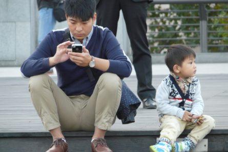 kiinalainen mies ja matkapuhelin