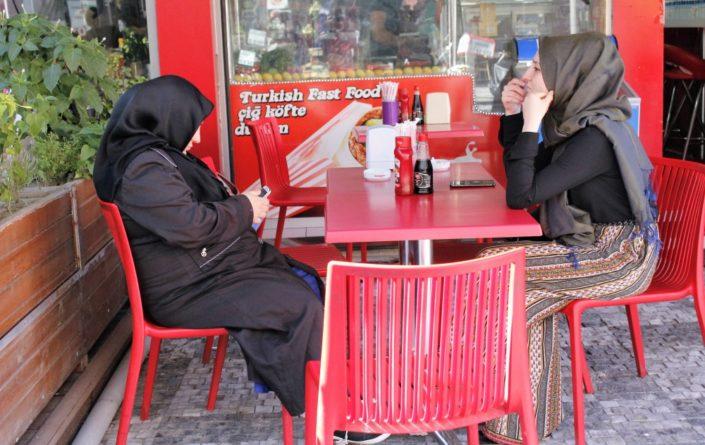 naiset Istanbulissa