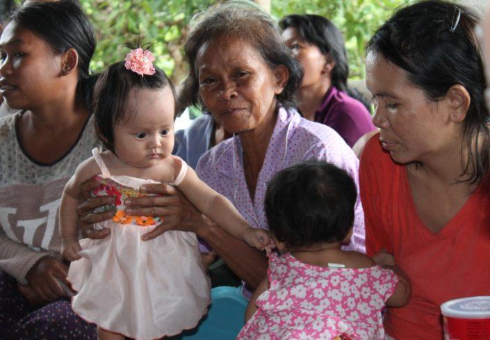 naisia ja lapsia Kambodžassa