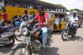 intialaismiehiä liikenteessä