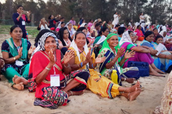 intialaisia naisia rannalla