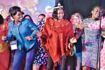 ylistävää laulua ja tanssia