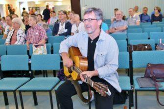 Pekka Simojoki kitaran kanssa Medialähetyspäivillä.