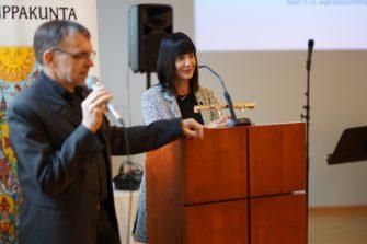 Timo Reuhkala tulkkaa, kun Rita Elmounayer puhuu Turussa.