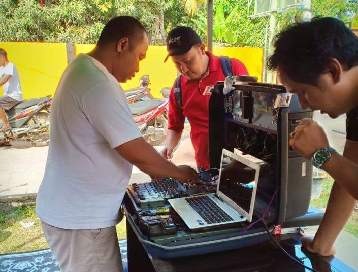 Kriisiradiotiimi valmistautuu Indonesiassa.