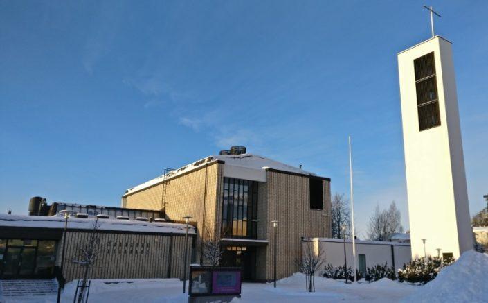 Korson kirkko talvipäivänä.