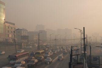 Saasteinen Ulaanbaatar aamulla.