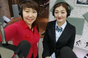 Radiojuontajat studiossa Ulaanbaatarissa.