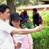 Kiinalainen mies ottaa selfien.