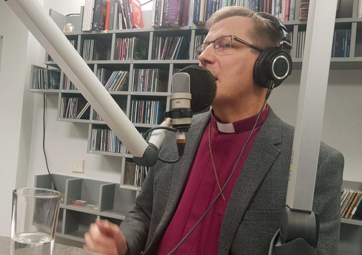 Jukka Keskitalo Piispan kyselytunti -lähetyksessä Radio Deissä tänään keskiviikkona. Kuva: Kai Kortelainen