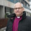 Porvoon piispa Bo-Göran Åstrand ulkona talvisäässä.