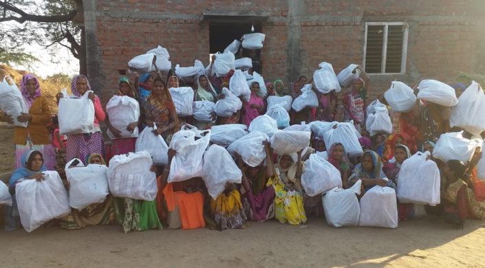 Intialaiset lesket saivat joululahjapussit.