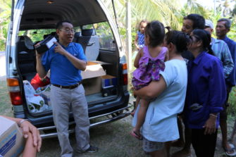 Maaseutukylän asukkaat saavat omat radiot.