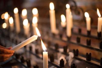 Kynttilät palavat ja uusi kynttilä syttyy.
