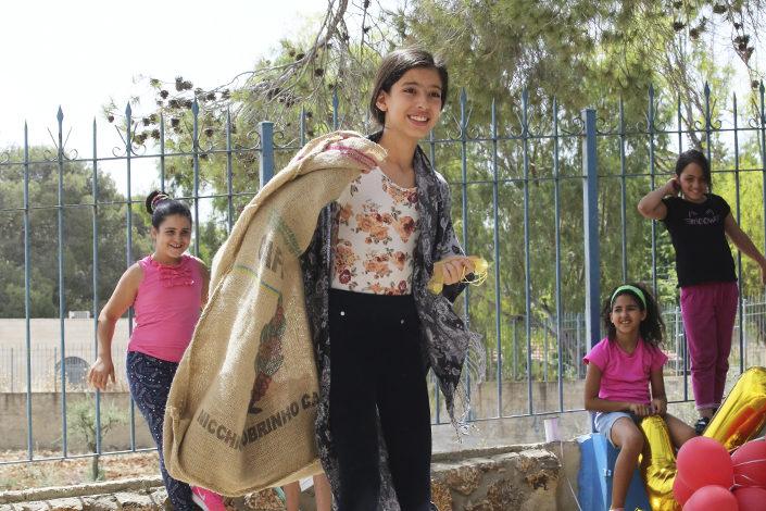 Lapset näyttelevät Laupias samarialainen -tarinaa