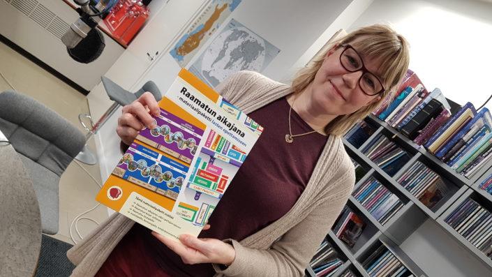 Taina Päivinen vieraili esittelemässä Raamatun aikajanaa Radio Dein Herätys!-aamulähetyksessä. Kuva: Mikael Juntunen.