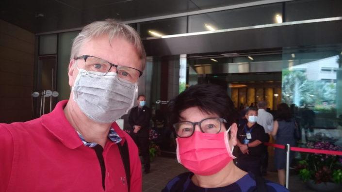 Ilkka ja Päivi Kastepohja käyttävät Singaporessa ulkona liikkuessaan maskia.