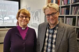 Kaisamari HIntikka ja Mikael Jungner tarjoilivat Radio Deissä toivoa poikkeustilan painamille suomalaisille. Kuva: Samuli Suonpää