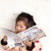 Laosilaistyttö lukemassa lastenkirjaa, joka saatiin hänen lähikirjastoonsa Suomen Lähetysseuran kehitysyhteistyöprojektin tukemana. Kuva: Ari Vitikainen.