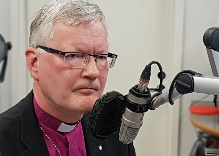– Noudatamme niitä ohjeita, joita viranomaisilta saamme, ja elämme niiden mukaan, sanoo Mikkelin hiippakunnan piispa Seppo Häkkinen.