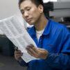 Työntekijä tarkastaa Pipliaseuran kääntämän kiinankielisen Raamatun painojälkeä Nanjingin tehtaassa Kiinassa viime vuonna. Kuva: ABS