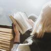 nainen lukee Raamattua