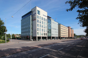 Radio Dein uusi osoite on Mannerheimintie 105. Toimitilat sijaitsevat lähellä Hakamäentien ja Mannerheimintien risteystä raitiovaunulinja 10:n varrella.