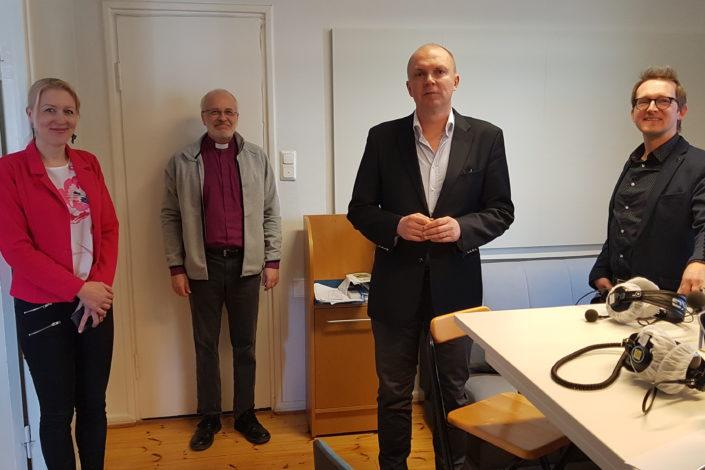 – Kirkon ykkösviesti on nyt luottamus tulevaan, siihen että vaikeuksista selviydytään – on ennekin selviydytty. Toinen viesti on se, että lähimmäisistä pitää nyt pitää huolta ja toimia niiden ohjeitten mukaan, mitä yhteiskunnassa on sovittu ja päätetty, sanoi Lapuan hiippakunnan piispa Simo Peura Piispan kyselytunnilla. Radio Dein Seinäjoen aluetoimituksessa järjestetyssä lähetyksessä kysymyksiä esittivät Kokkolan tuomiokirkkoseurakunnan tiedottaja Minna Ylimäki-Hemminki, Ilkka-Pohjalaisen päätoimittaja Markku Mantila ja Seinäjoen alueen kaupunkilehti Eparin päätoimittaja Tero Hautamäki. Kuva: Mikael Juntunen