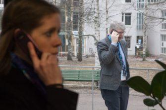 Rolf Steffansson neuvottelee. Etualalla Helena Laavi. Kuva: Aarne Ormio / Kirkon kuvapankki