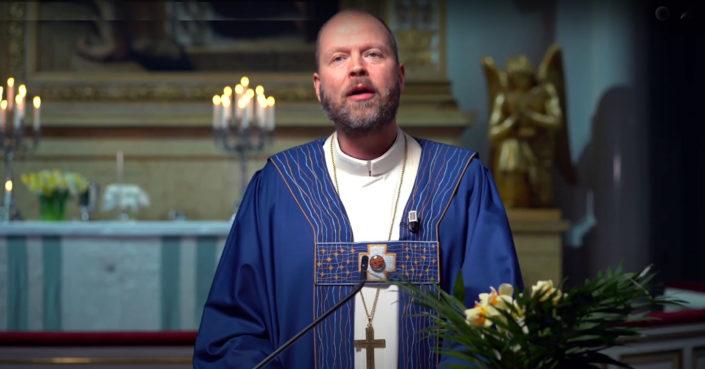 Helsingin piispa Teemu Laajasalo pääsiäisyönä Helsingin tuomiokirkosta striimatussa jumalanpalveluksessa. Kuva: Kuvakaappaus Youtubesta