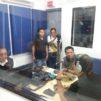 Ihmisiä radiostudiossa Manilassa, Filippiineillä.