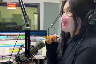 Mongolialaisella radiojuontajalla on kasvosuojus.