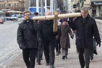Timo Takala (edessä oikealla) kantoi katualttarin ristiä Tampereen Hämeensillalla pääsiäisena 2014. Kuva: Tampereen seurakunnat/Janne Ruotsalainen