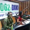 Poliisia haastatellaan radiossa.