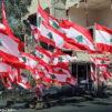 Libanonin liput liehuvat raunioiden keskellä Beirutissa.
