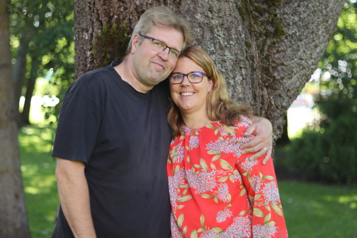 Anna ja Marko Huhtala puun juurella kesän parisuhdekurssilla.