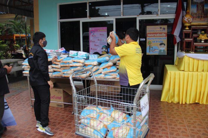 FEBC-Thaimaan työntekijät vievät apua tarvitseville mm. riisiä.
