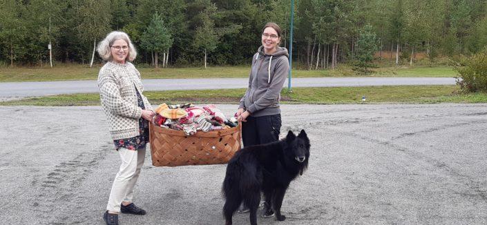 Pirkko Tuppurainen ja Hanna Saarenpää pitelevät sukkakoria käsissään.