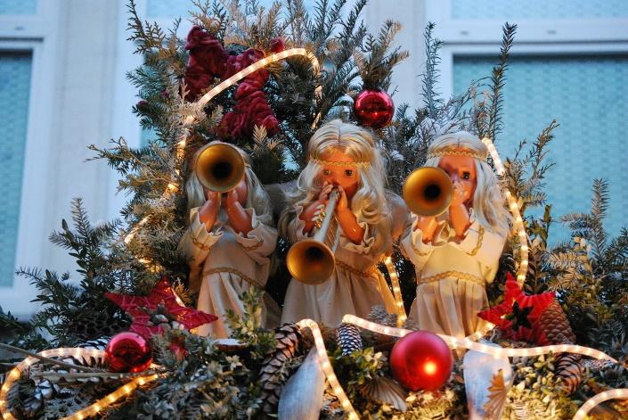 Enkeleitä ja joulukoristeita.