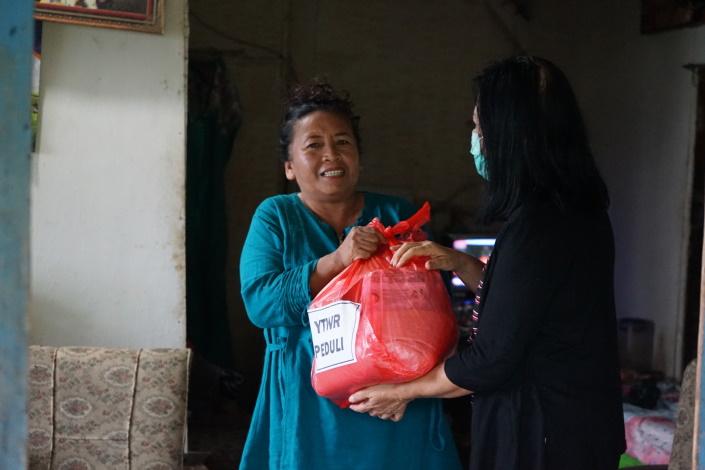 Ruokapaketteja jaetaan Indonesiassa.